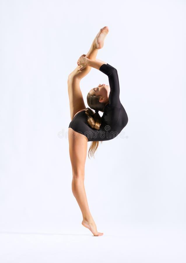 Förlovat gymnastiskt för ung flicka arkivfoto
