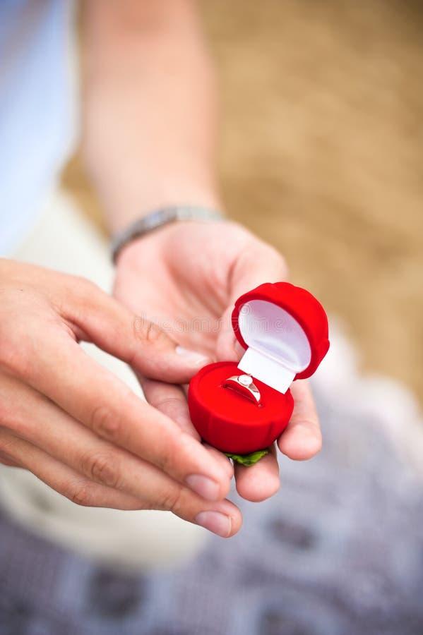 Förlovningsring i hand royaltyfria bilder