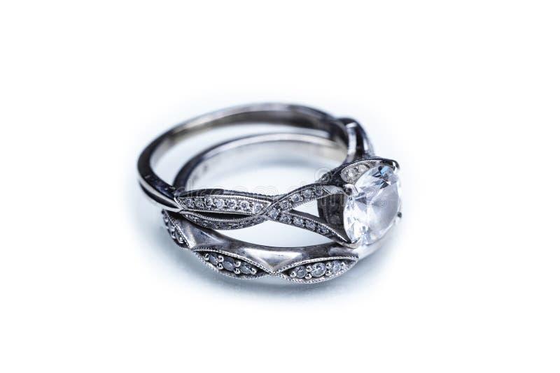 Förlovningsring- och bröllopmusikband royaltyfri fotografi