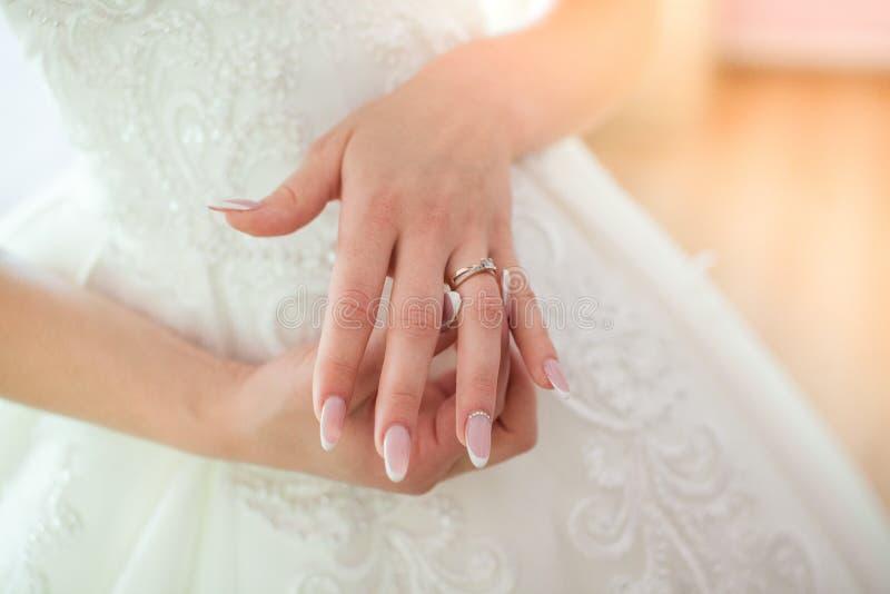 Förlovningsring på fingret för brud` s bröllop för tappning för klädpardag lyckligt arkivfoton