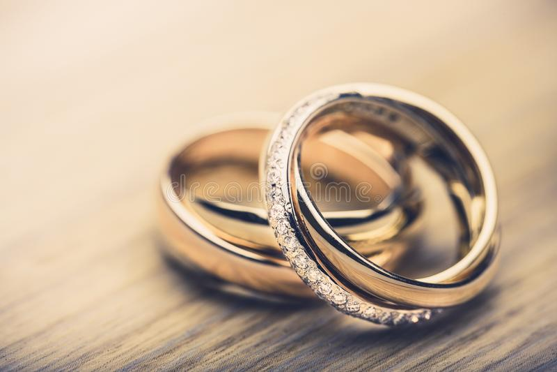 Förlovningsringar på bakgrundsslut upp arkivbilder