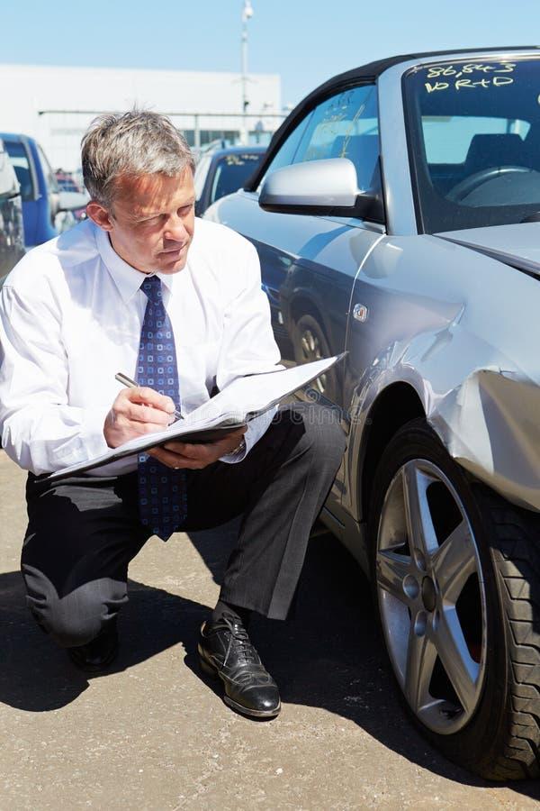 Förlustregulator som kontrollerar bilen som är involverad i olycka royaltyfria foton