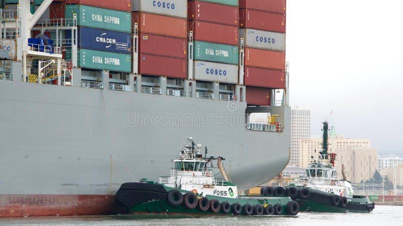 FÖRMÖGENHET för lastfartyg som COSCO skriver in porten av Oakland royaltyfri bild