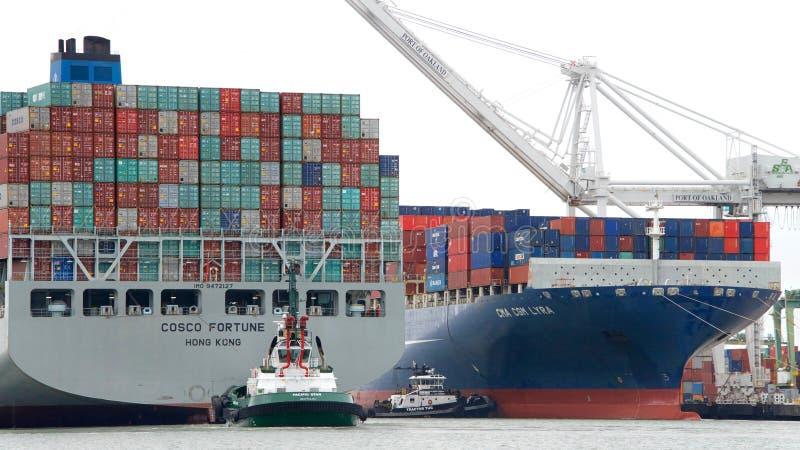 FÖRMÖGENHET för lastfartyg som COSCO skriver in porten av Oakland arkivfoto