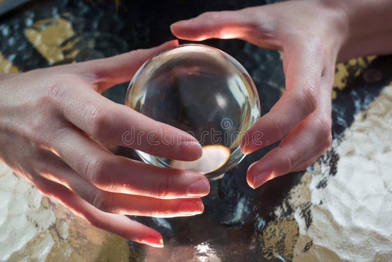 Förmögenhetkassör som använder kristallkula royaltyfri bild