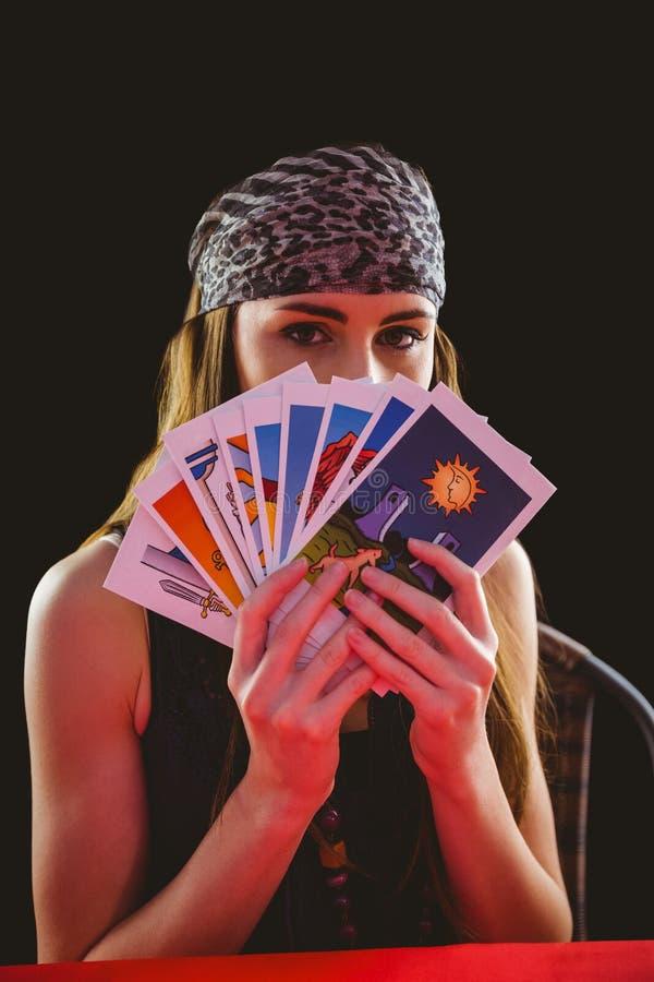 Förmögenhetkassör som använder tarokkort royaltyfria bilder