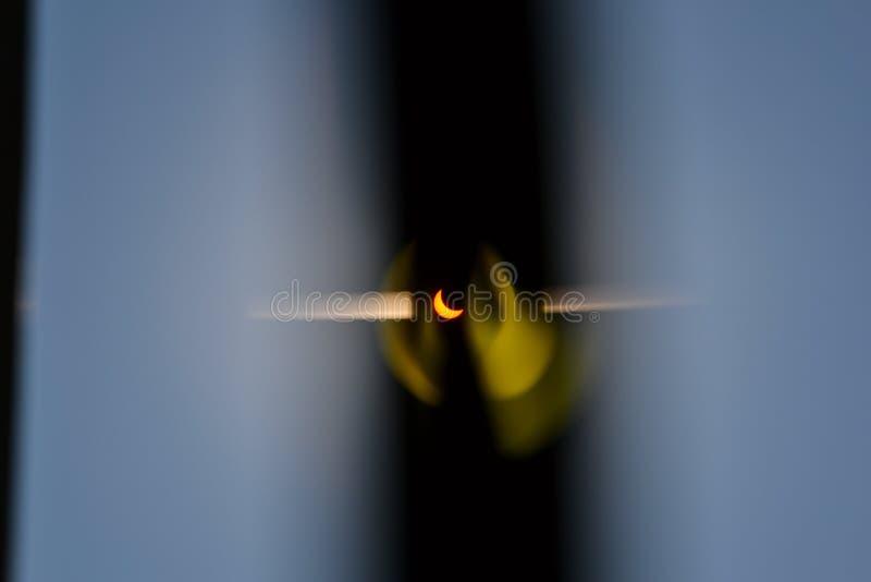 Förmörkelse av solen, foto som tas till och med filmen på en solig sommardag med en klar himmel arkivbilder