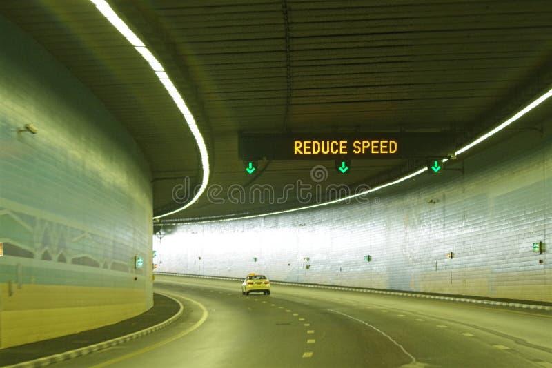 Förminska hastighetstecknet arkivfoton