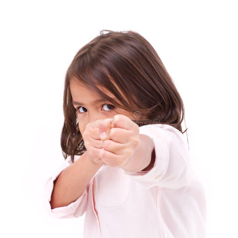 Förmodad slagställning för liten flicka, praktiserande kampsporter, själv-defen arkivbilder