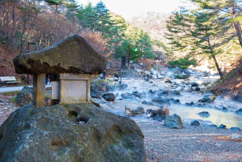 Förmyndareanden som göras av stenen på Sainokawara, parkerar den varma våren i Kusatsu onsen GUNMA JAPAN royaltyfria bilder