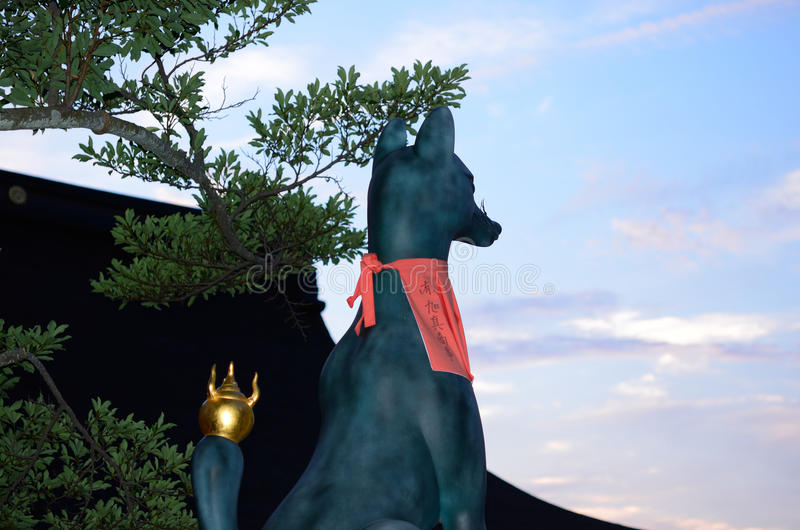 Förmyndareräv av den Fushimi Inari relikskrin, Kyoto Japan royaltyfri fotografi