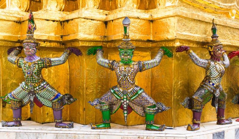Förmyndarestatyer på grunden av den guld- Chedien av Wat Phra Kaew, storslagen slott, Bangkok royaltyfri foto