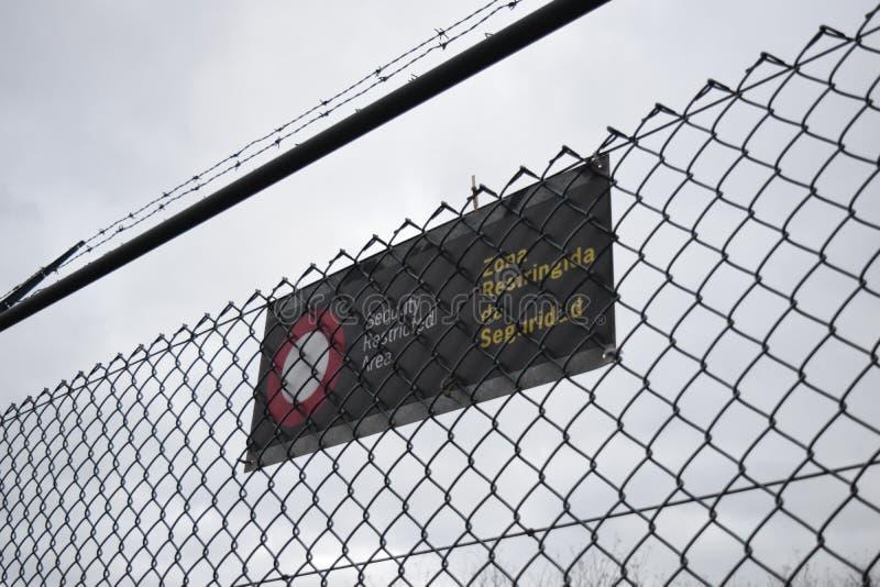 förnekat tillträde Muro barrera invandrare arkivfoto