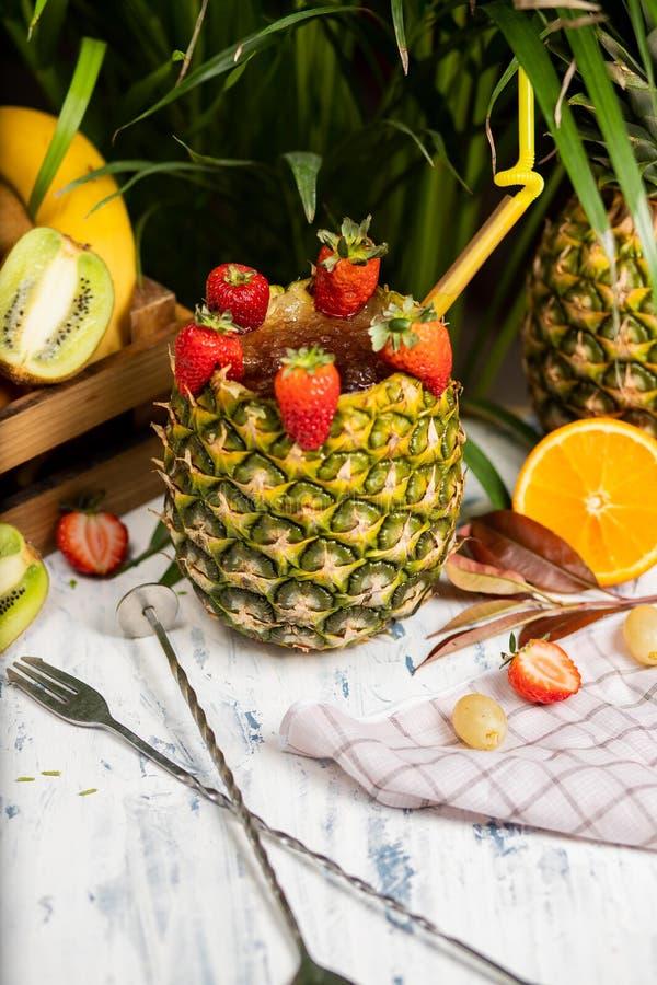 Förnyande alkoholiserad coctailmargarita för sommar arkivfoto