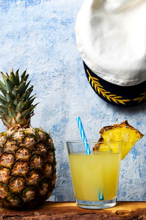 Förnyande ananasfruktsaft i dekorerat exponeringsglas fotografering för bildbyråer