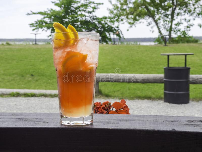 förnyande coctails för sommar och härlig sikt Orange alkoholiserad coctail eller en lemonad med citronen och apelsinen arkivbilder