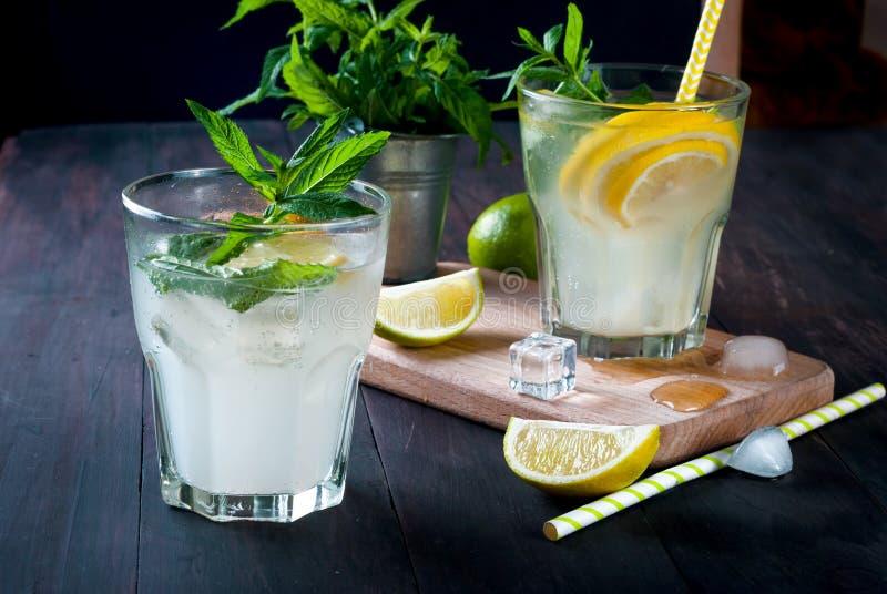 förnyande drink för sommar med citronen och mintkaramellen, mojito arkivbild