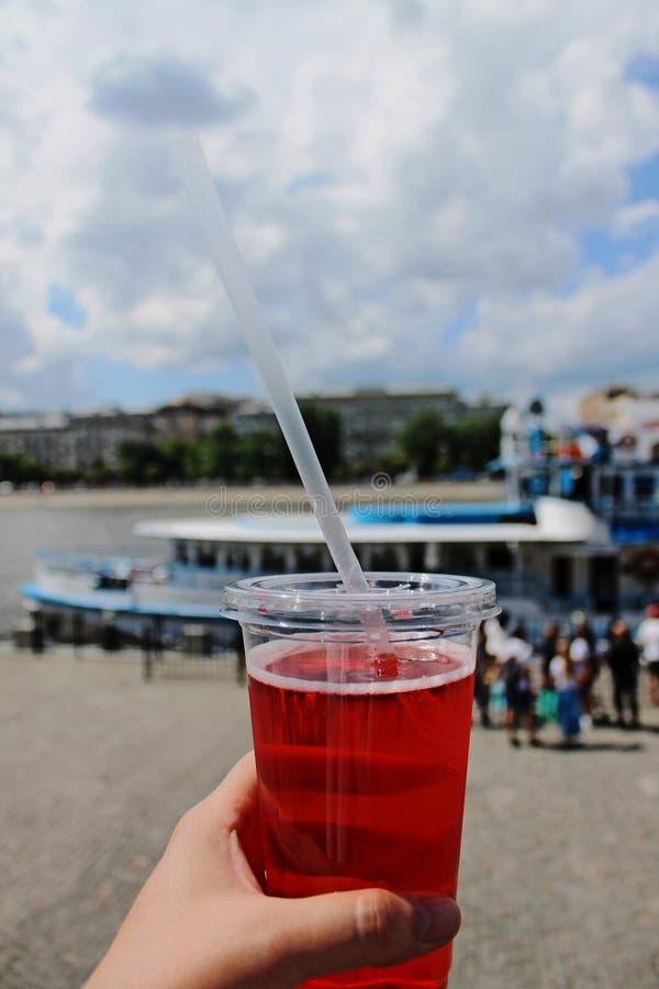 Förnyande drink i en plast- koppnärbild royaltyfri fotografi