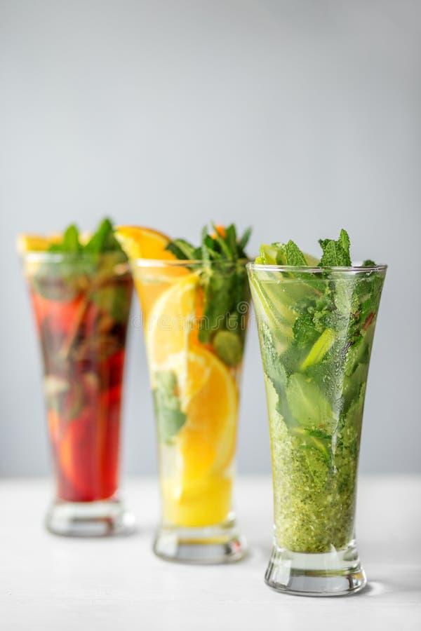 Förnyande icke-alkoholist coctailar med frukt och mintkaramellen Begrepp för drinkar, sommar, värme, alkohol, parti och stång royaltyfria foton
