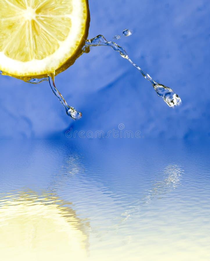 förnyande vatten för citronreflexion royaltyfria bilder