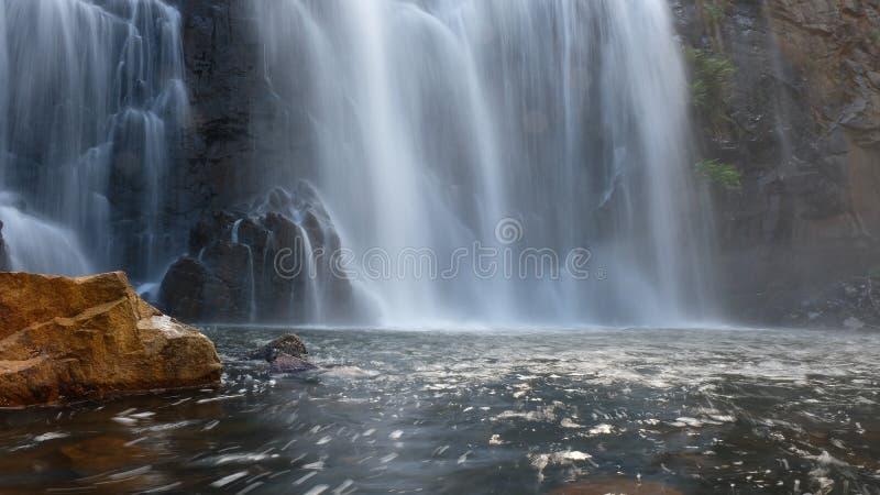 Förnyande vattenfall på soluppgång Australien arkivfoton