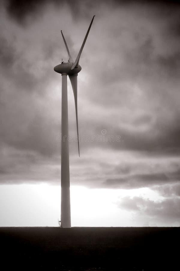 Förnybar energi lindar driver Windmillturbinen arkivbilder