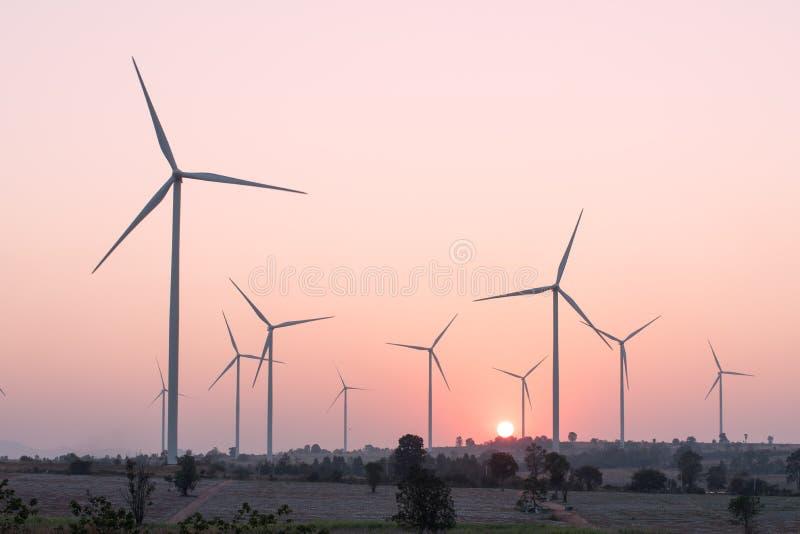 Förnybara energikällor för vindturbin på solnedgången arkivbild