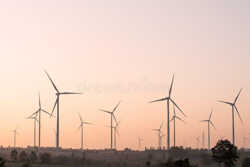 Förnybara energikällor för vindturbin på solnedgången fotografering för bildbyråer
