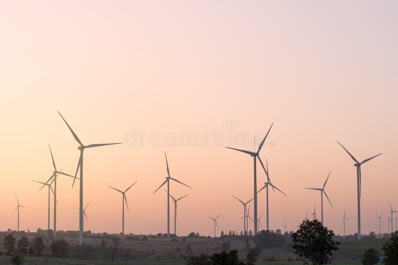 Förnybara energikällor för vindturbin på solnedgången royaltyfria bilder