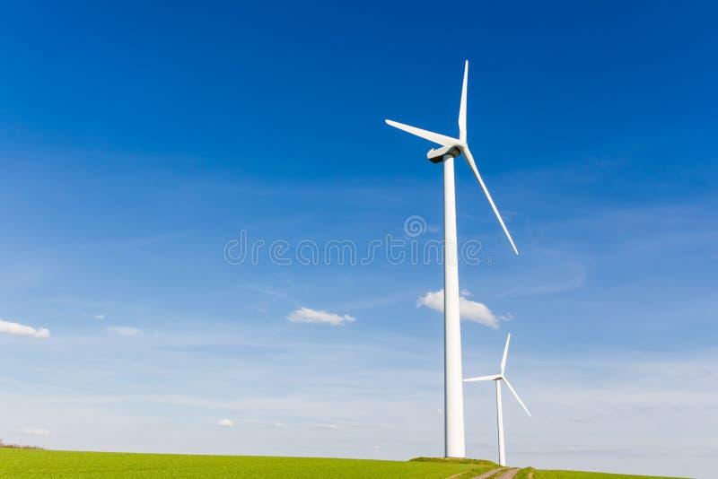 Förnybara energikällor vid vindturbinen royaltyfri bild
