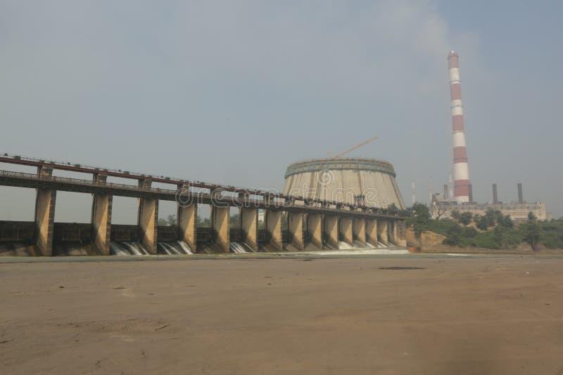 förorena rök för lampglasmiljöfabrik royaltyfri bild