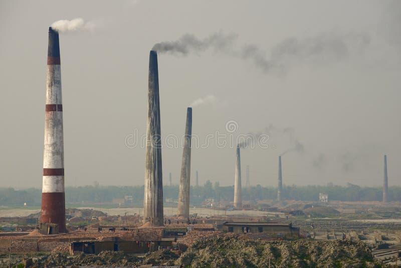 Förorena rör för lufttegelstenfabriker på Dhaka, Bangladesh royaltyfri foto