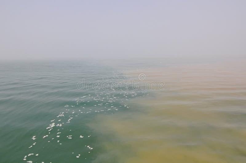 Förorena vatten arkivfoto