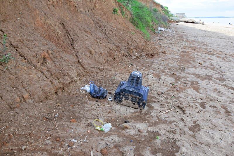 Förorenad plast- flaska för havsavfallTV på strandkust royaltyfri fotografi