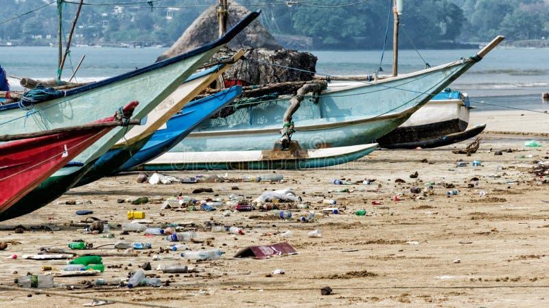 Förorening av floden, havet, havvatten med avskräde, avfalls, plast-avskräde - tillbaka sida av turism och modernt liv arkivfoton