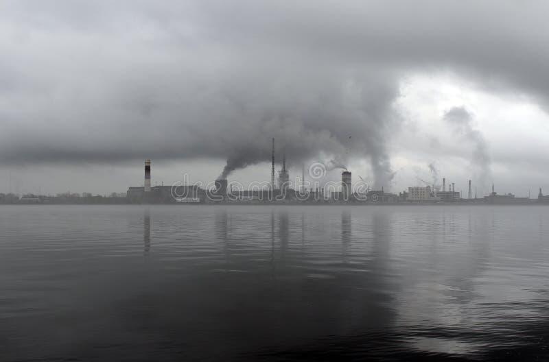 Förorening av miljön vid växten royaltyfri bild