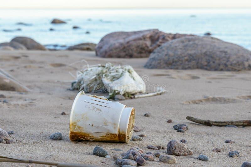Förorening av planeten, kasserad avskräde på stranden ingen återvinning av avfalls royaltyfria foton