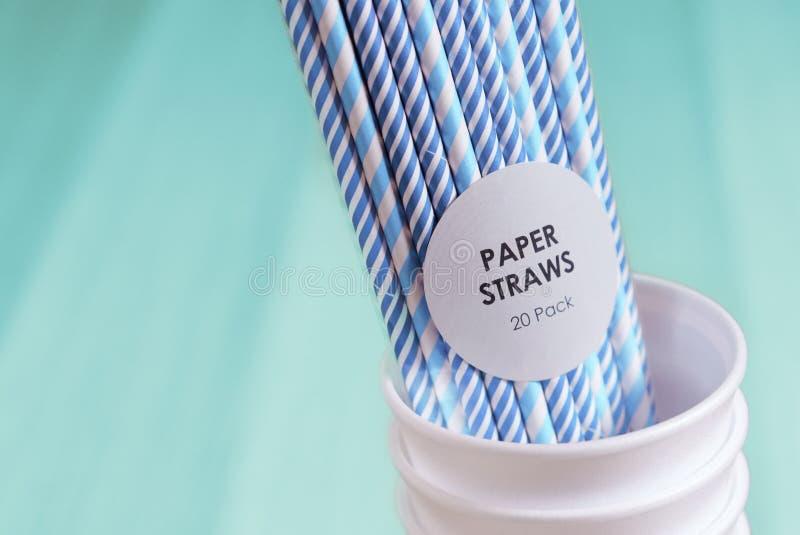 Förorening för förnybar resurs för kopp för drink för nedgrävning av sopor för pappers- sugrörmiljö vänlig biologiskt nedbrytbar royaltyfria bilder