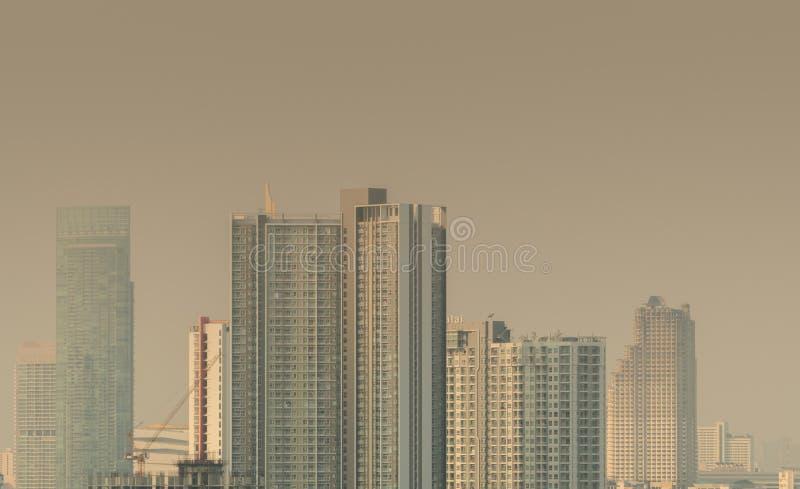 förorening för fabrik för luftbakgrund blå Dålig luftkvalitet som fylls med dammglobal uppvärmning från luftförorening Miljö- pro arkivbilder
