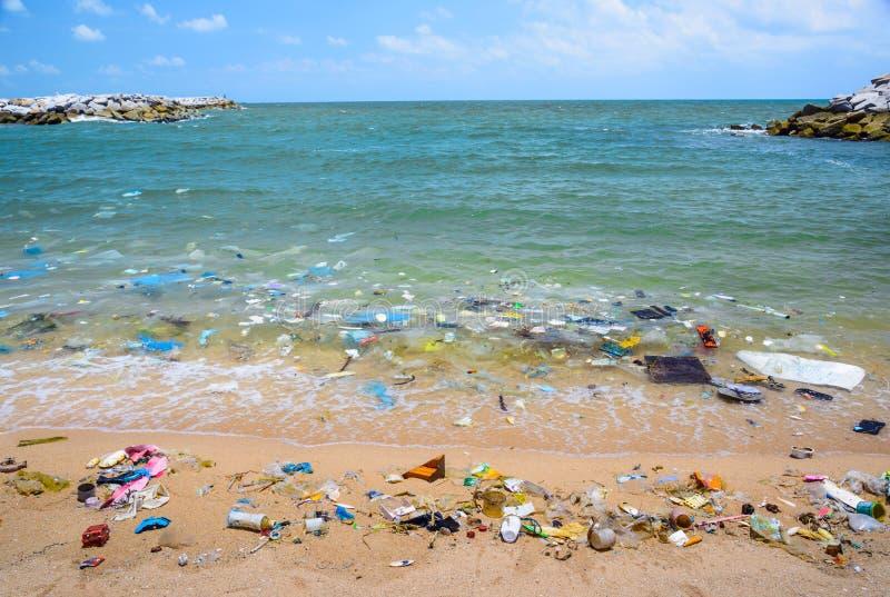 Förorening på stranden av det tropiska havet royaltyfri fotografi