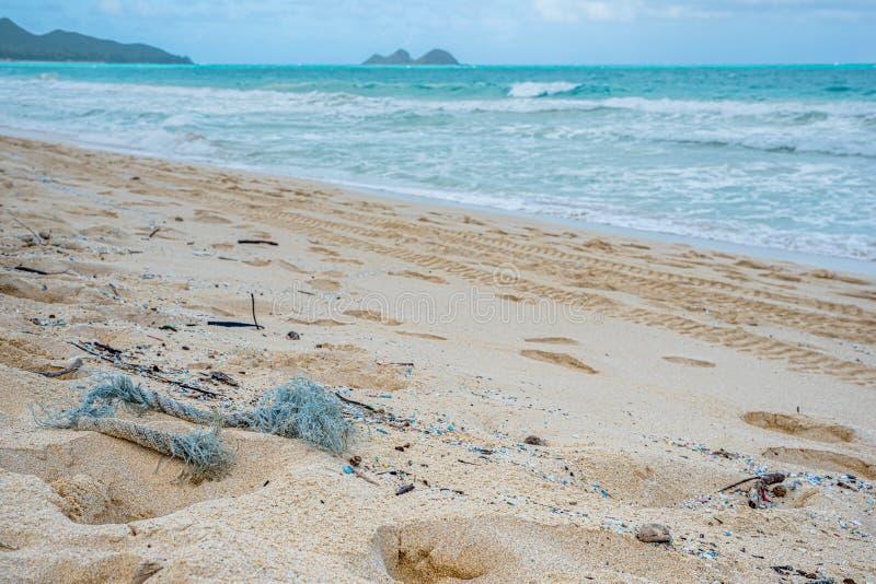 Föroreningar av röda och mikroplaster som förstör Waimanalo Beach fotografering för bildbyråer