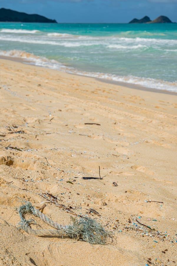 Föroreningar av röda och mikroplaster som förstör Waimanalo Beach royaltyfri fotografi