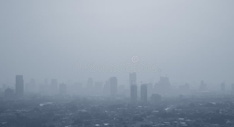 Föroreningbegrepp med smog på stadslandskap i morgon hälsovård- och skyddsbakgrundsbilder royaltyfri foto