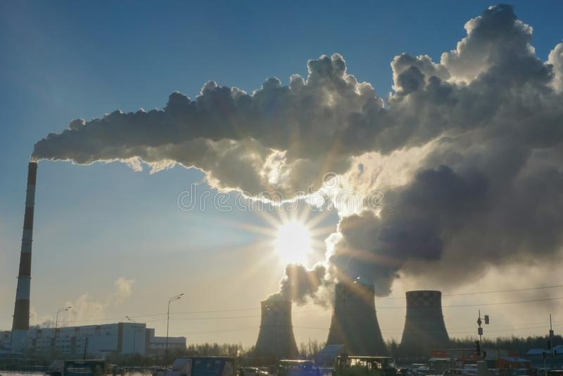 Föroreningfabriksrök från rören royaltyfri foto