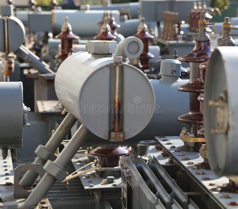 Föroreningtransformatorer som är föråldrade och som är brutna av elektrisk substa fotografering för bildbyråer