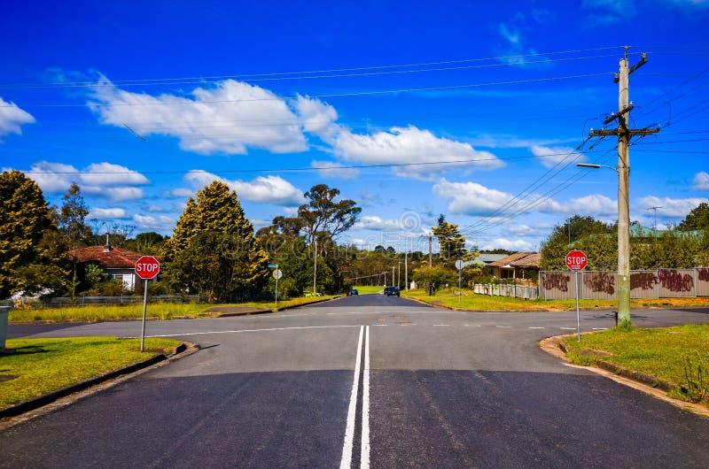Förorts- gatatvärgator i blåa berg Australien royaltyfria bilder