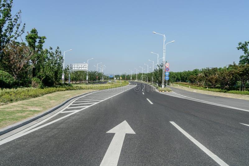 Förorts- vägar och trans. arkivbilder