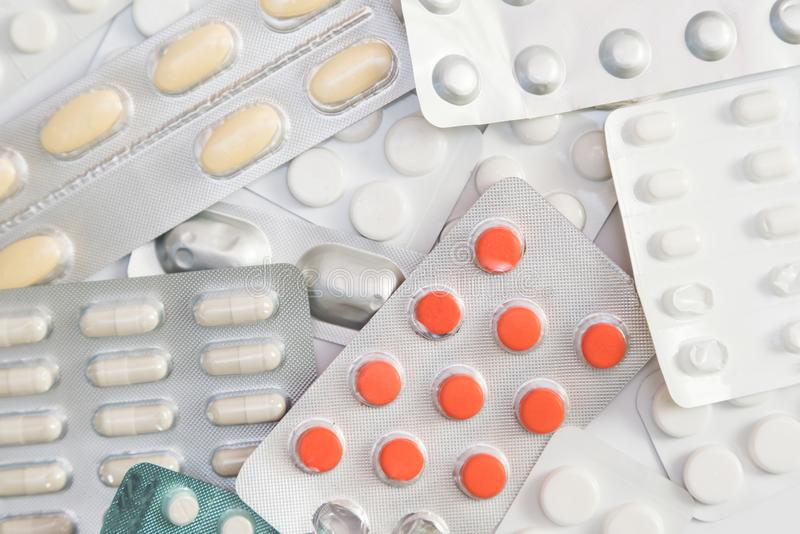 Förpacka av minnestavlor och preventivpillerar på vit bakgrund Drogprescri royaltyfri foto