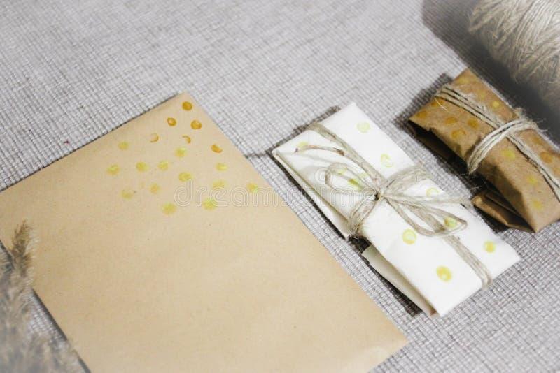 Förpackande gåva för enkel ecosjal i hantverkpapper, lantliga gåvor royaltyfria bilder