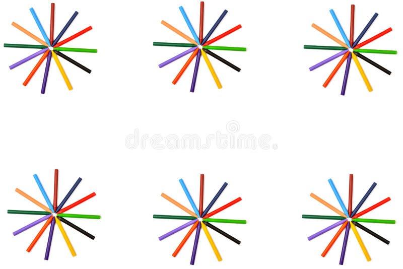 Förpackning med färgade pennor isolerade på vitt Samla Ram med ledigt utrymme för din text fotografering för bildbyråer
